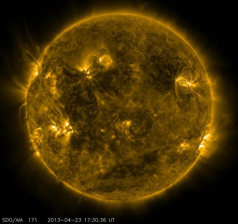 رصدخانه دینامیک خورشیدی ناسا این تصویر را از خورشید در 23 آوریل 2013، در ساعت 1:30 بعد از ظهر EDT، زمانی که طیف نگار EUNIS پرتاب شد، گرفته است. این طیف نگار بر منطقه فعالی از خورشید تمرکز دارد که به صورت حلقههای روشنی در قسمت بالا سمت راست تصویر دیده میشود.